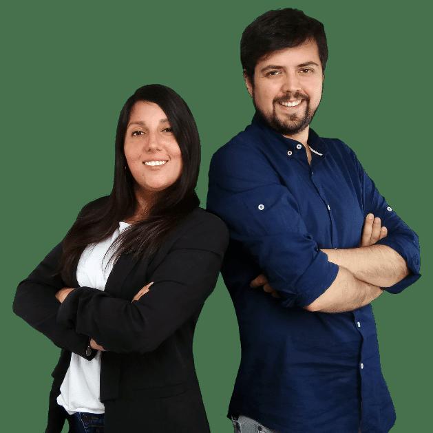 Jaime Medina y Natty Espinosa sonrientes como educadores financieros