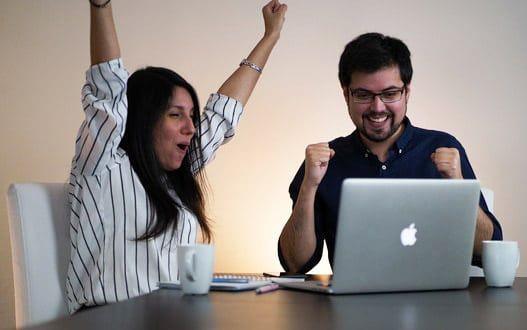 Natty Espinosa y Jaime Medina de Realizados celebrando éxitos de sus métodos de educación financiera