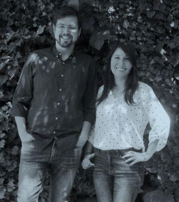 Natty Espinosa y Jaime Medina educadores financieros de Realizados foto en blanco y negro.
